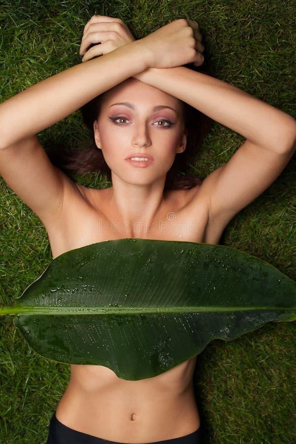 Όμορφο κορίτσι στη χλόη στοκ φωτογραφίες με δικαίωμα ελεύθερης χρήσης