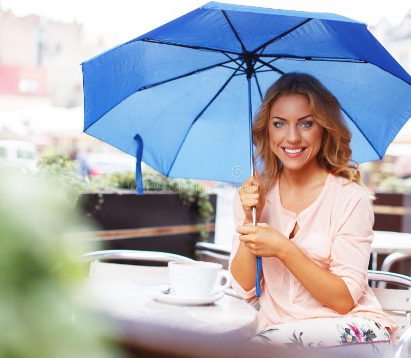Όμορφο κορίτσι στον καφέ Στοκ Φωτογραφίες