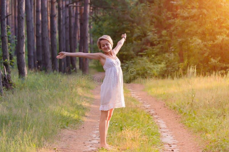 Όμορφο κορίτσι στο δάσος στοκ εικόνα