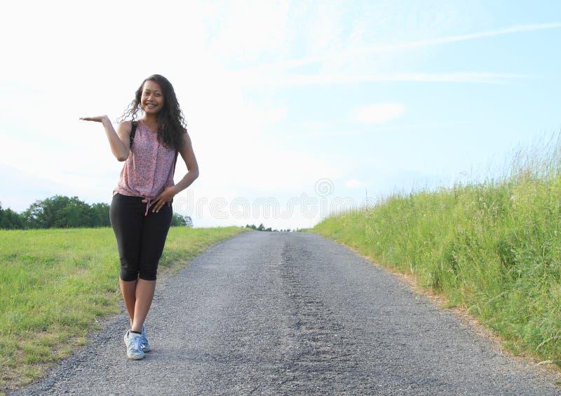 Όμορφο κορίτσι στο δρόμο ασφάλτου στοκ εικόνες