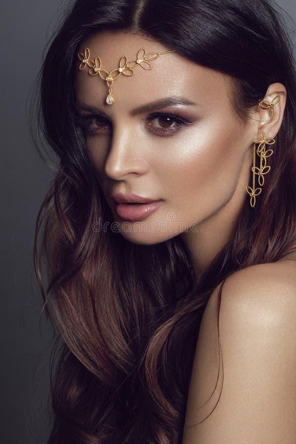 Όμορφο κορίτσι στο εθνικό κόσμημα Στούντιο photoshoot με τη χρυσή τιάρα - εικόνα στοκ φωτογραφία