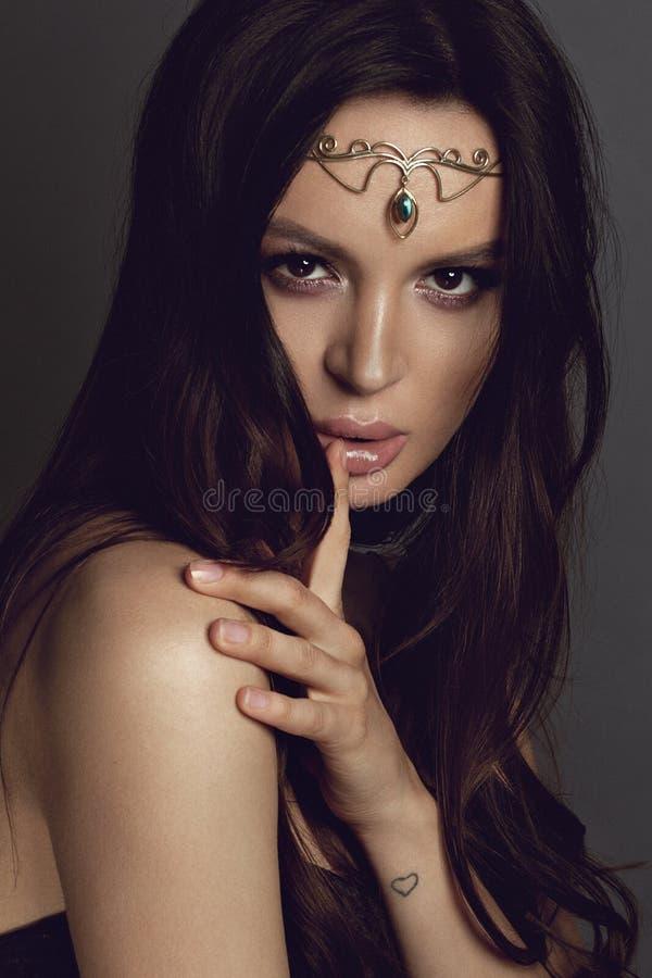 Όμορφο κορίτσι στο εθνικό κόσμημα Στούντιο photoshoot με τη χρυσή τιάρα - εικόνα στοκ φωτογραφία με δικαίωμα ελεύθερης χρήσης
