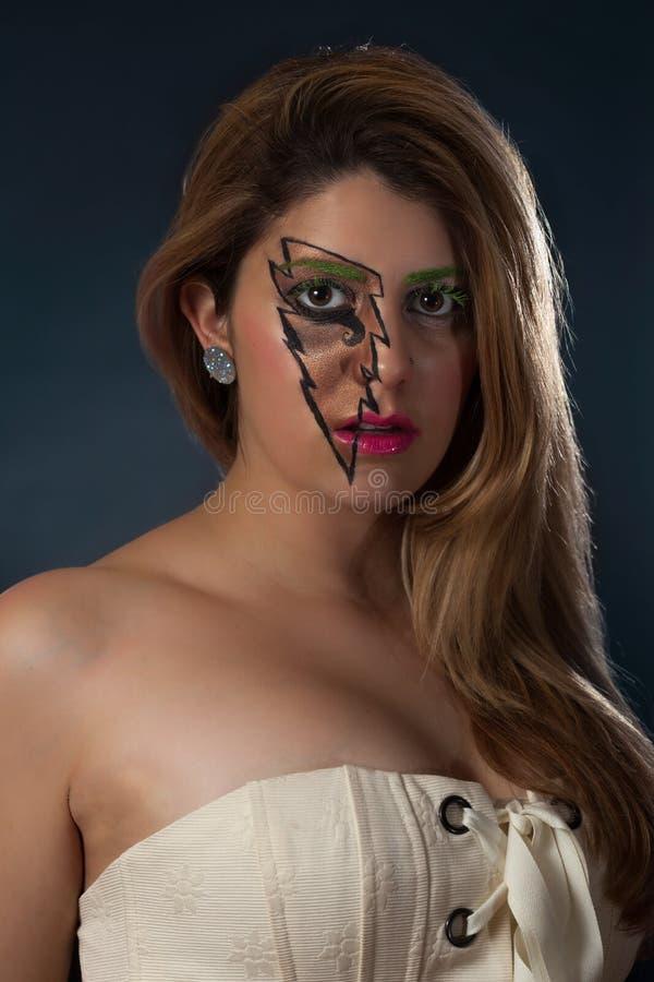 Όμορφο κορίτσι στο λευκό με την αστραπή Makeup στοκ φωτογραφία με δικαίωμα ελεύθερης χρήσης