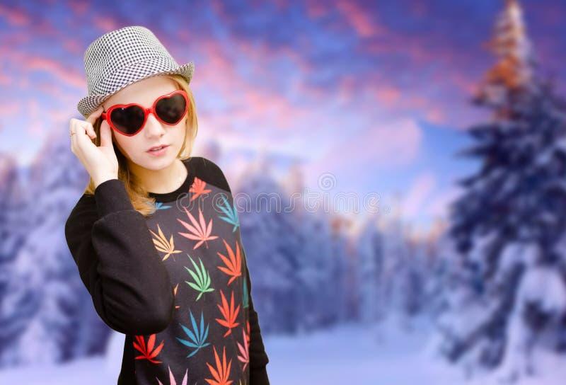 Όμορφο κορίτσι στο ευτυχές χαμόγελο γυαλιών ηλίου στο χειμώνα στοκ φωτογραφία με δικαίωμα ελεύθερης χρήσης