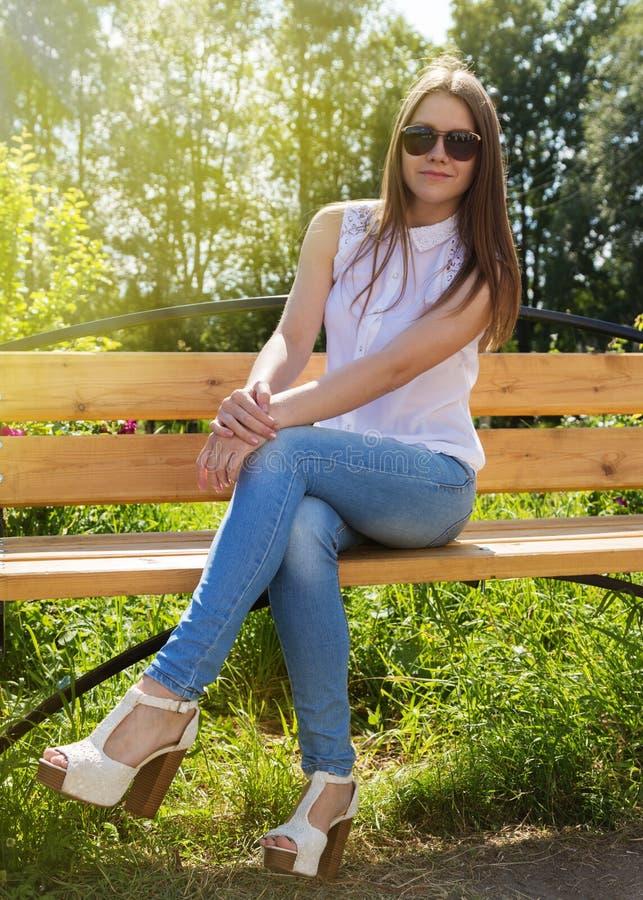 Όμορφο κορίτσι στο κάθισμα γυαλιών ηλίου στοκ εικόνες με δικαίωμα ελεύθερης χρήσης