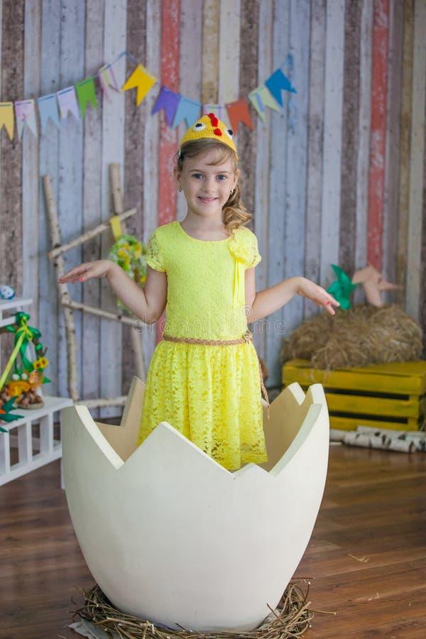 Όμορφο κορίτσι στο κίτρινο φόρεμα Πάσχας στοκ φωτογραφίες με δικαίωμα ελεύθερης χρήσης