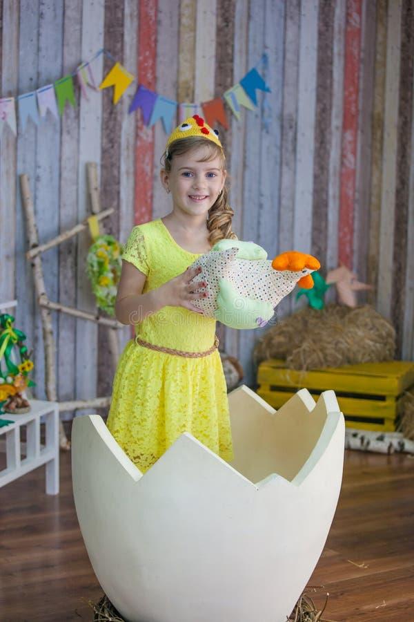 Όμορφο κορίτσι στο κίτρινο φόρεμα Πάσχας στοκ εικόνα