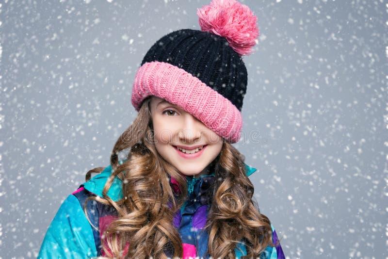 Όμορφο κορίτσι στο καπέλο μαλλιού στοκ φωτογραφία με δικαίωμα ελεύθερης χρήσης