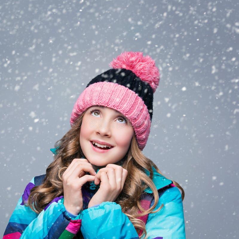 Όμορφο κορίτσι στο καπέλο μαλλιού στοκ φωτογραφίες με δικαίωμα ελεύθερης χρήσης
