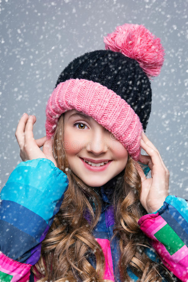 Όμορφο κορίτσι στο καπέλο μαλλιού στοκ εικόνα