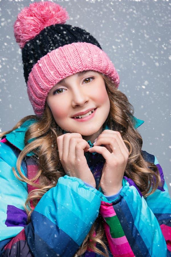 Όμορφο κορίτσι στο καπέλο μαλλιού στοκ φωτογραφίες