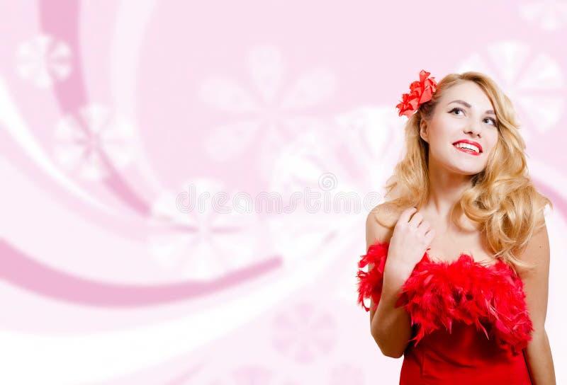 Όμορφο κορίτσι στο κόκκινο φόρεμα στο θολωμένο ψηφιακό ροζ στοκ φωτογραφία