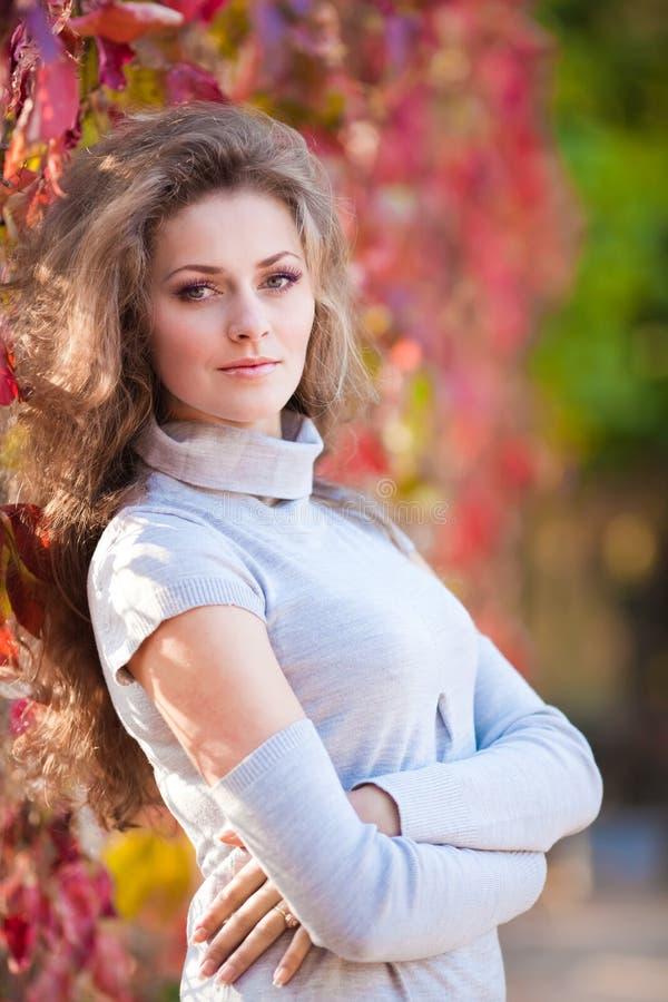Όμορφο κορίτσι στο πάρκο φθινοπώρου στοκ φωτογραφία