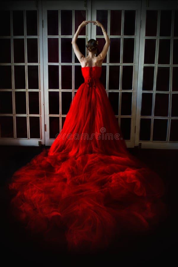 Όμορφο κορίτσι στο πολύ κόκκινο φόρεμα και στη βασιλική κορώνα στοκ φωτογραφίες με δικαίωμα ελεύθερης χρήσης