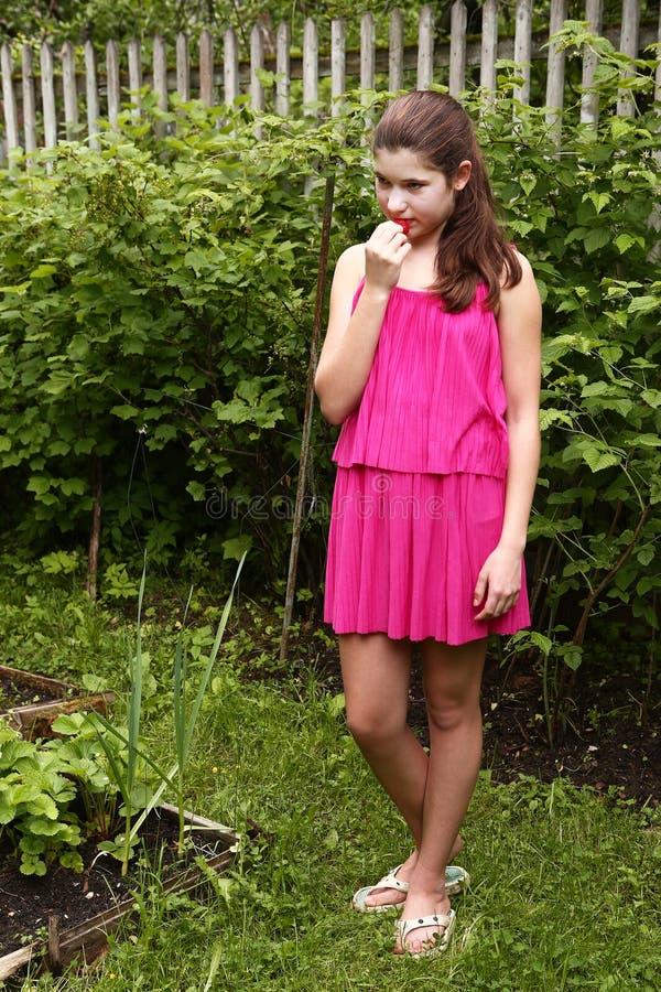 Όμορφο κορίτσι στο ρόδινο θερινό φόρεμα στοκ φωτογραφίες