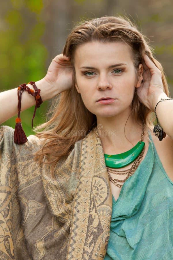 Όμορφο κορίτσι στο ύφος boho στοκ φωτογραφίες