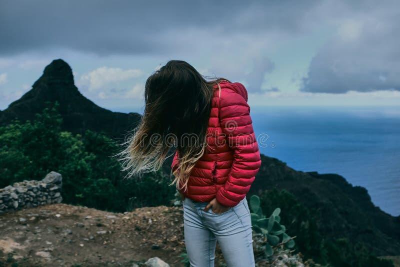Όμορφο κορίτσι του υποβάθρου του τοπίου βουνών στοκ φωτογραφία με δικαίωμα ελεύθερης χρήσης