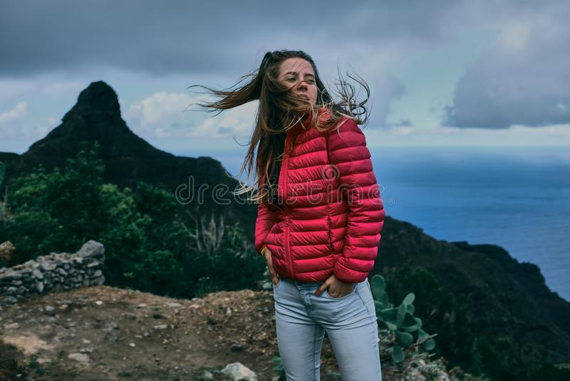 Όμορφο κορίτσι του υποβάθρου του τοπίου βουνών στοκ φωτογραφία