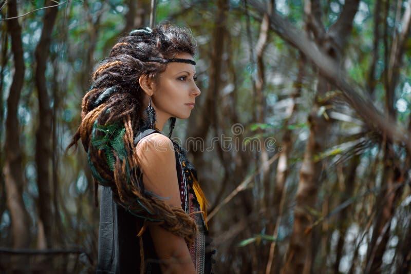 Όμορφο κορίτσι τσιγγάνων με το βόστρυχο των dreadlocks υπαίθρια στοκ φωτογραφία με δικαίωμα ελεύθερης χρήσης