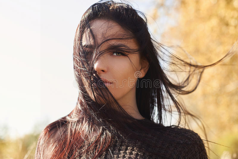 όμορφο κορίτσι Φθινόπωρο lifestyle στοκ φωτογραφία με δικαίωμα ελεύθερης χρήσης