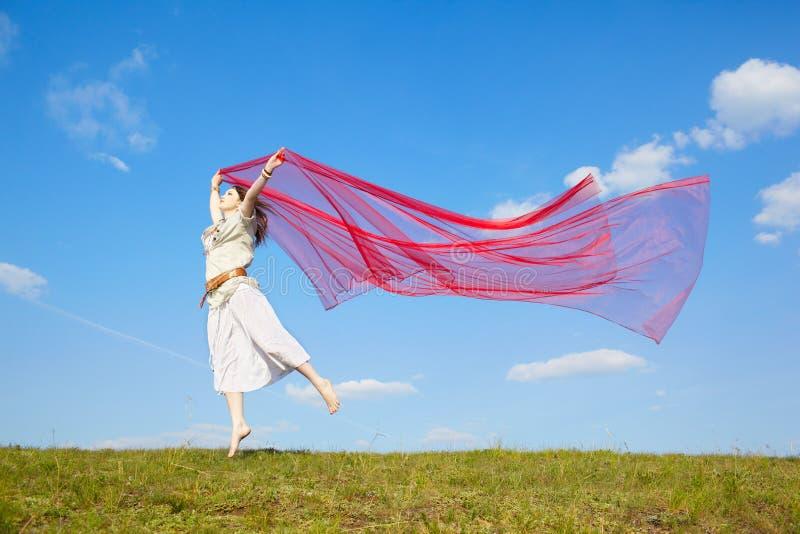 Όμορφο κορίτσι χίπηδων με το κόκκινο ύφασμα στοκ φωτογραφία με δικαίωμα ελεύθερης χρήσης