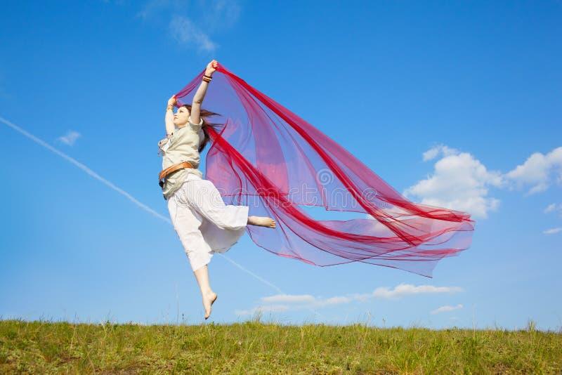 Όμορφο κορίτσι χίπηδων με το κόκκινο ύφασμα στοκ εικόνα με δικαίωμα ελεύθερης χρήσης