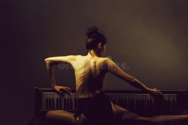 Όμορφο κορίτσι Ballerina στο αναδρομικό πιάνο στοκ εικόνα με δικαίωμα ελεύθερης χρήσης