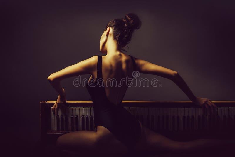 όμορφο κορίτσι ballerina στο αναδρομικό πιάνο στοκ εικόνες με δικαίωμα ελεύθερης χρήσης