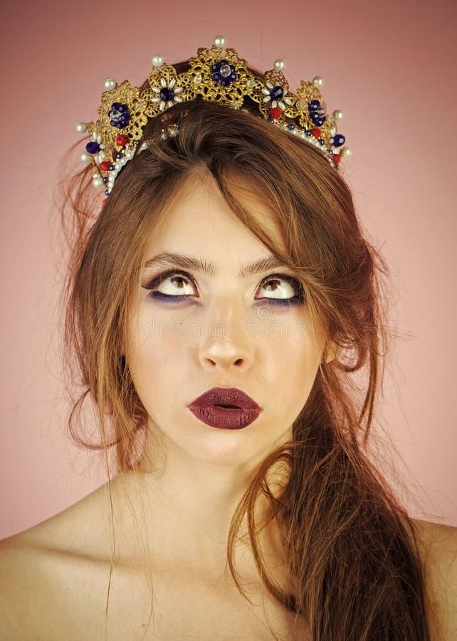 Όμορφο κορίτσι brunette με μια χρυσή κορώνα και μια επαγγελματική σύνθεση βραδιού Πρόσωπο ομορφιάς Οι γυναίκες αντιμετωπίζουν τη  στοκ φωτογραφίες με δικαίωμα ελεύθερης χρήσης