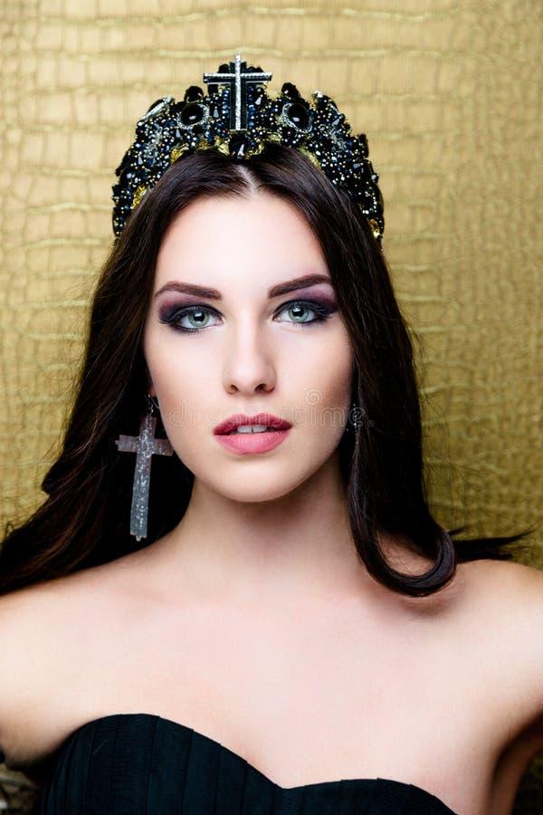 Όμορφο κορίτσι brunette με την υγιή μακριά καφετιά τρίχα Πρότυπη γυναίκα ομορφιάς με επαγγελματικό Makeup στοκ φωτογραφίες με δικαίωμα ελεύθερης χρήσης