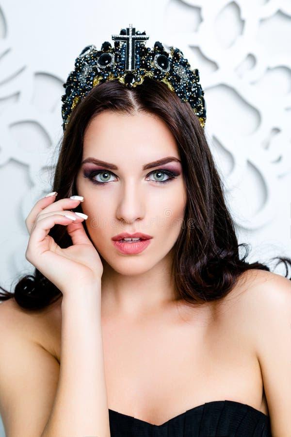 Όμορφο κορίτσι brunette με την υγιή μακριά καφετιά τρίχα Πρότυπη γυναίκα ομορφιάς με επαγγελματικό Makeup στοκ φωτογραφίες