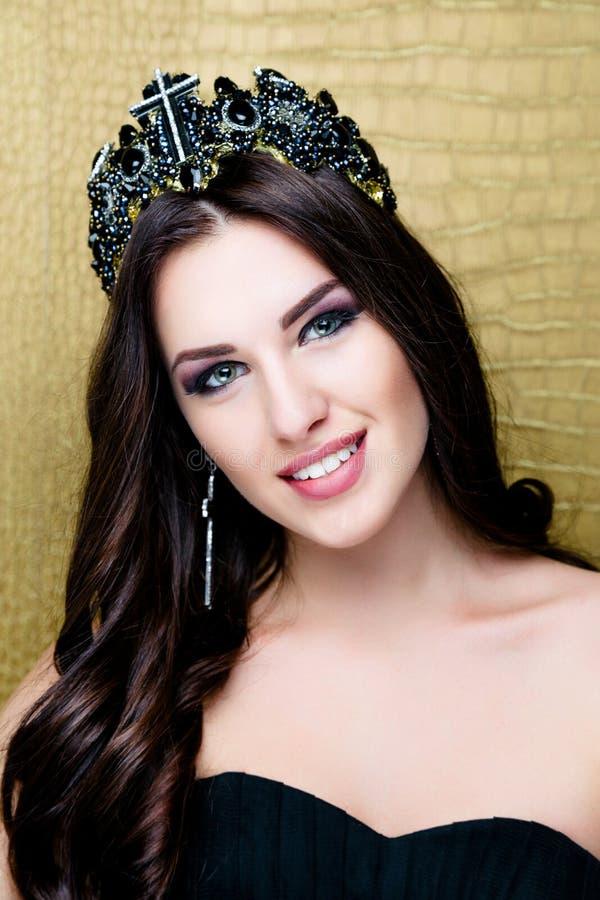 Όμορφο κορίτσι brunette με την υγιή μακριά καφετιά τρίχα Πρότυπη γυναίκα ομορφιάς με επαγγελματικό Makeup στοκ εικόνες με δικαίωμα ελεύθερης χρήσης
