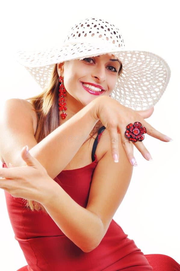 Όμορφο κορίτσι Brunette με το καπέλο που παρουσιάζει δαχτυλίδι της. Πρότυπο μόδας στοκ φωτογραφία με δικαίωμα ελεύθερης χρήσης