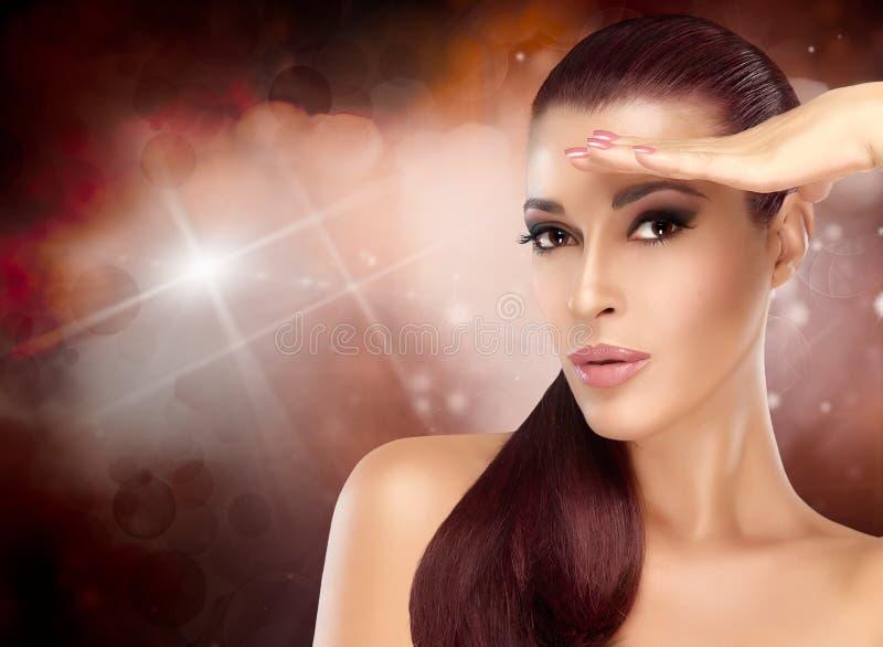 Όμορφο κορίτσι brunette με υγιή μακρυμάλλη Καθιερώνον τη μόδα Hairstyle στοκ εικόνα με δικαίωμα ελεύθερης χρήσης