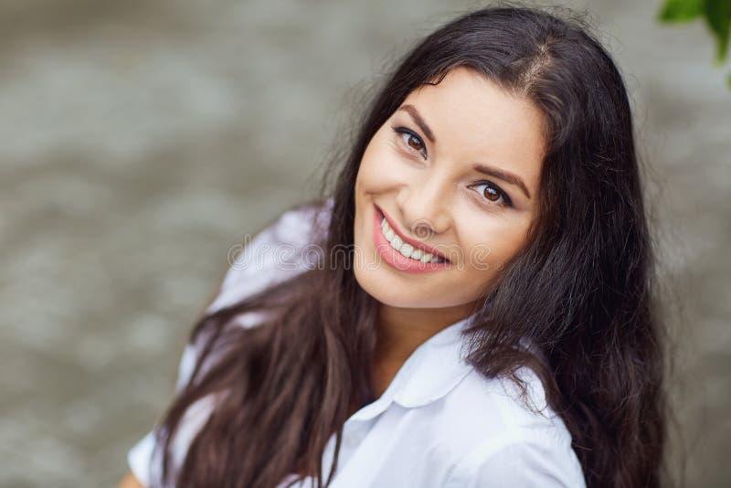 Όμορφο κορίτσι brunette που χαμογελά υπαίθρια στοκ φωτογραφίες με δικαίωμα ελεύθερης χρήσης