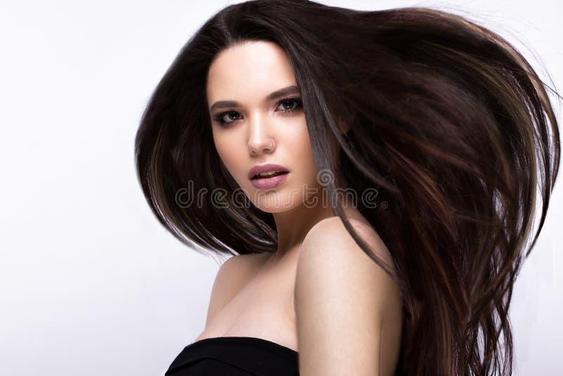 Όμορφο κορίτσι brunette στην κίνηση με μια τέλεια ομαλή τρίχα, και κλασική σύνθεση Πρόσωπο ομορφιάς στοκ εικόνες με δικαίωμα ελεύθερης χρήσης