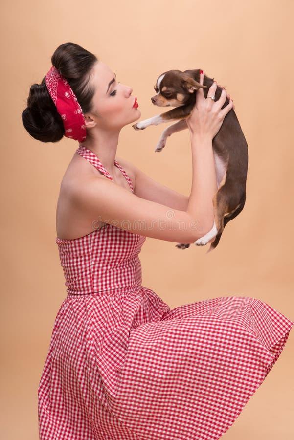 Όμορφο κορίτσι brunette στο αναδρομικό ύφος στοκ εικόνες με δικαίωμα ελεύθερης χρήσης