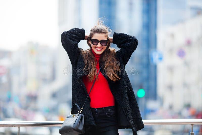 Όμορφο κορίτσι hipster που έχει τη διασκέδαση και που απολαμβάνει τις διακοπές στο υπόβαθρο της μεγάλης πόλης στοκ φωτογραφία με δικαίωμα ελεύθερης χρήσης