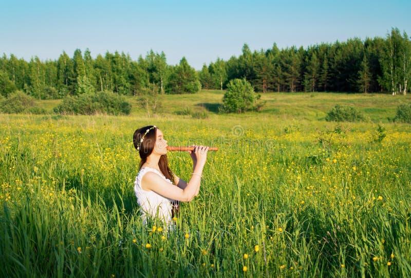 Όμορφο κορίτσι mori που παίζει το σωλήνα στοκ εικόνες με δικαίωμα ελεύθερης χρήσης
