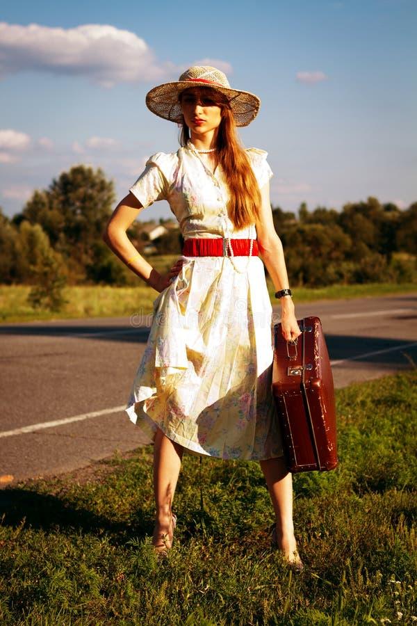 Όμορφο κορίτσι Portret που περιμένει στο δρόμο στοκ εικόνα