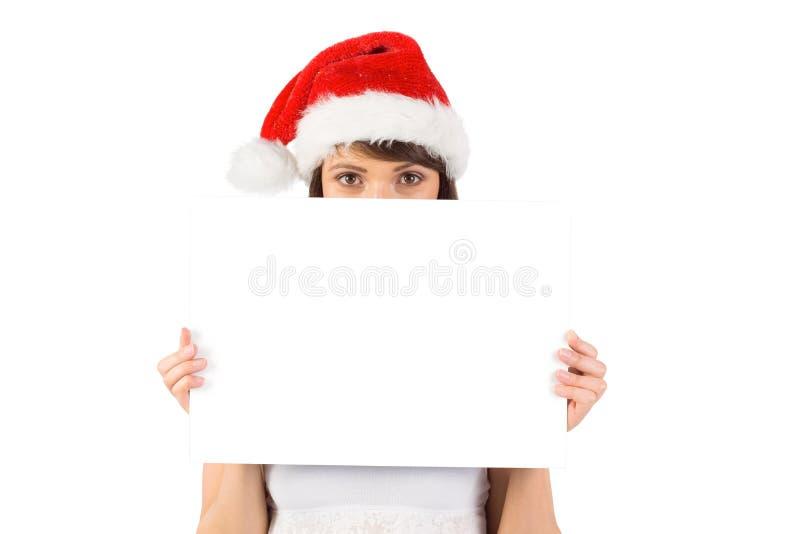 Όμορφο κορίτσι santa που χαμογελά στη κάμερα με την αφίσα στοκ εικόνα
