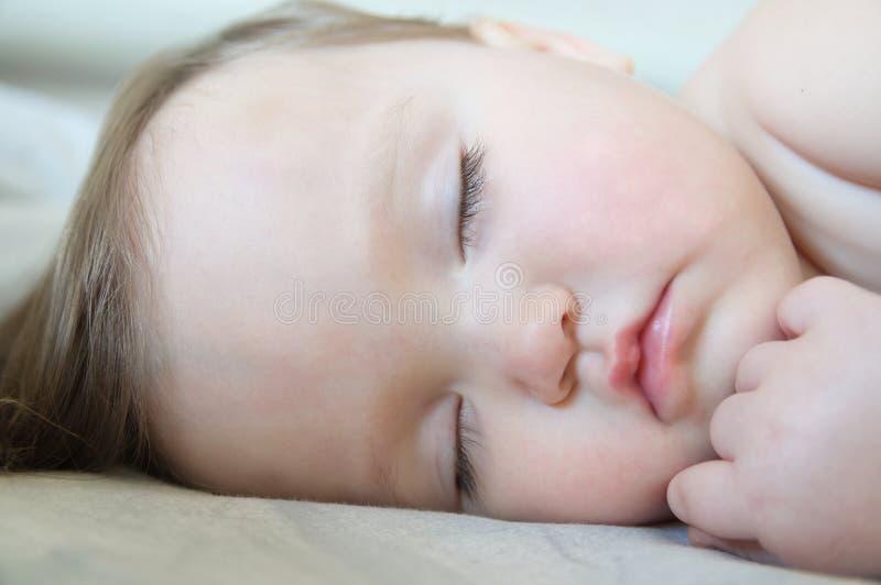 Όμορφο κοριτσάκι που κοιμάται το χαριτωμένο πορτρέτο κοντά επάνω στοκ φωτογραφίες