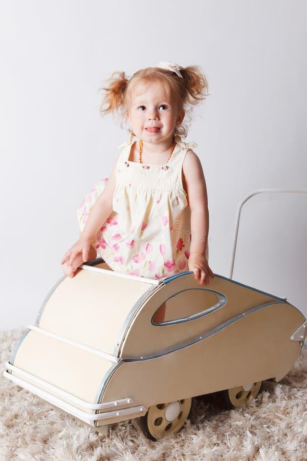 Όμορφο κοριτσάκι σε ένα καροτσάκι στοκ φωτογραφίες