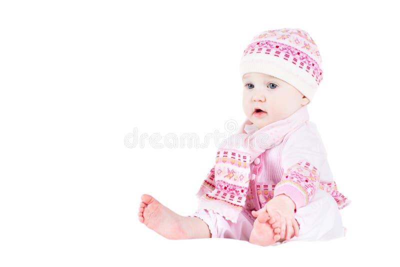 Όμορφο κοριτσάκι σε ένα πλεκτά πουλόβερ, ένα καπέλο και ένα μαντίλι στοκ εικόνες