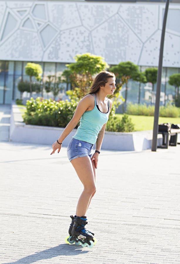 Όμορφο κοριτσιών σαλάχι κυλίνδρων κίνησης ευθύγραμμο στοκ φωτογραφία με δικαίωμα ελεύθερης χρήσης