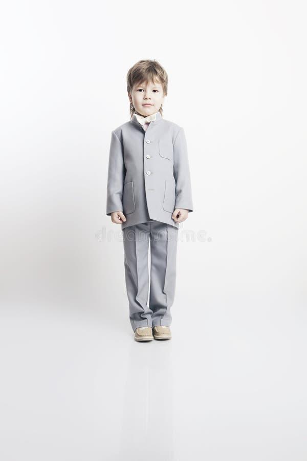 όμορφο κοστούμι αγοριών λίγο πορτρέτο στοκ εικόνες