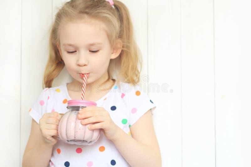 Όμορφο κούνημα καταφερτζήδων κατανάλωσης κοριτσιών ενάντια στο λευκό στοκ εικόνα με δικαίωμα ελεύθερης χρήσης