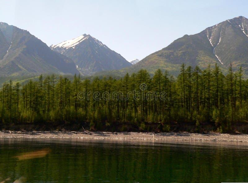 Όμορφο κρύσταλλο θερινών τοπίων φωτογραφιών - καθαρίστε το γλυκό νερό της λίμνης Baikal στη Ρωσία στοκ εικόνες
