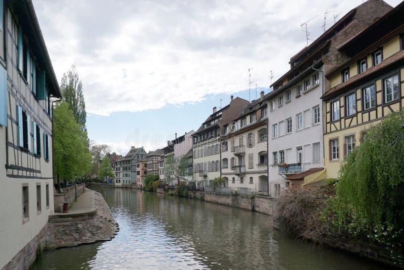Όμορφο κτήριο κατά μήκος του ποταμού στην παλαιά πόλη του Στρασβούργου στοκ εικόνες