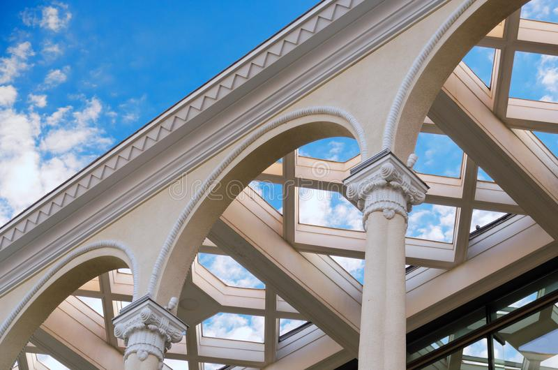 Όμορφο κτήριο με τις στήλες - volutes συνδυάζεται με τα φύλλα acanthus της κορινθιακής διαταγής στοκ φωτογραφία με δικαίωμα ελεύθερης χρήσης
